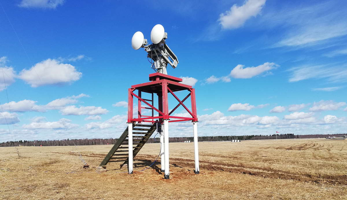 FOD radar with 60 cm antennas on field tower
